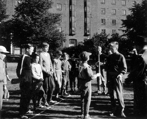 Haapaniemen kentällä pesäallo-ottelussa vastakkain Herttoniemen Urheilijoiden ja Pallo-Tovereiden juniorit, v.1957 (Kuva: Unto Könönen)