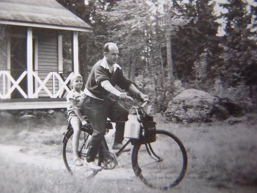 Kauppareissu tehty, Mikkeli 1955 (kirjoittajan tunnistaa otsatukasta)