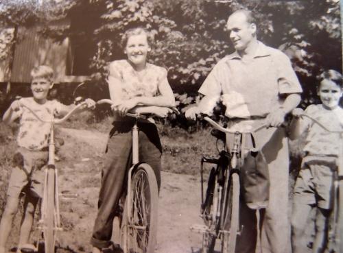 Perheemme pyöräretkellä Helsingin Kivinokassa 1955