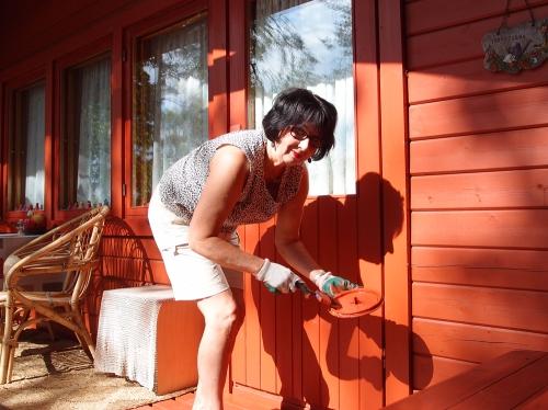 Maalarimestari hoitaa oven edustan lähtöpäivänä
