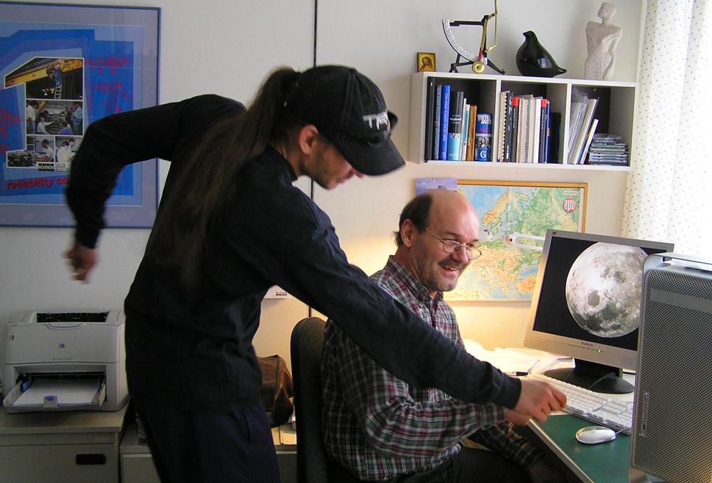 Picman Oy v. 2005. Tuomas näyttää isälleen.