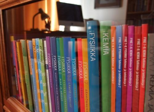 Toimistolta tuotuja ja kuvittamiamme kirjoja kodin kirjahyllyssä