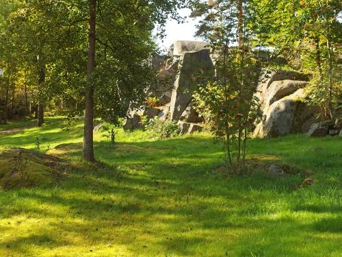 Kallioita ja nurmikkoa