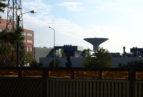 Teollisuusalue ja takana Roihuvuoren maamerkki vesitorni