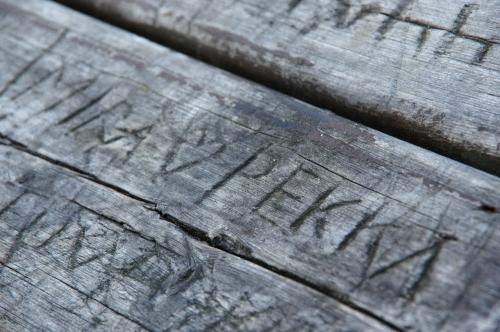 Vanha pöytä kertoo tarinoita