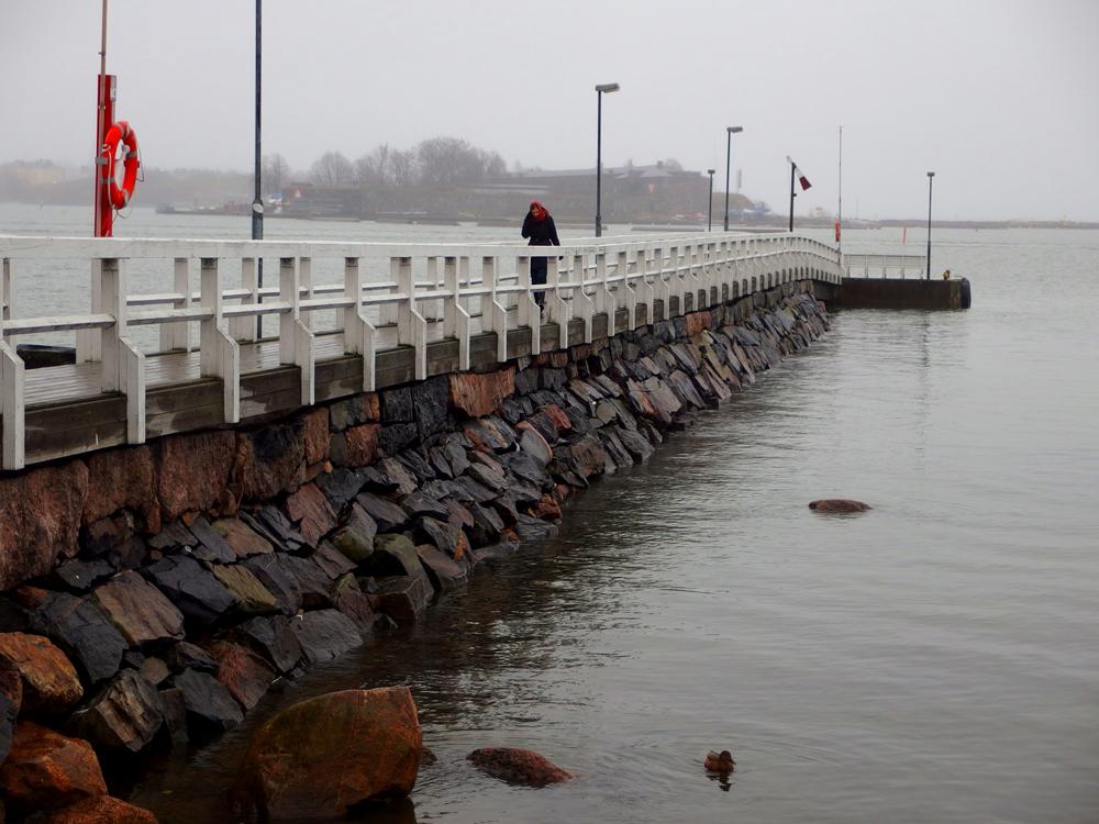 Nainen sillalla