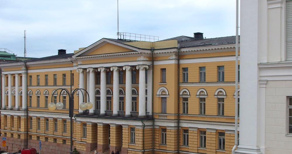 Helsingin yliopiston päärakennus Tuomiokirkon portailta