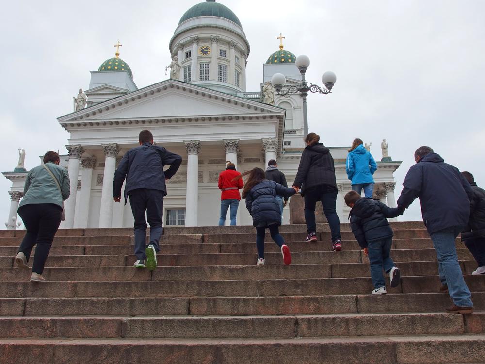 Turisteja nousemassa Tuomiokirkkoon