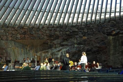 Temppeliaukion kirkko. Kaartin soittokunnan harjoitus kapellimestari Atso Almilan johdolla