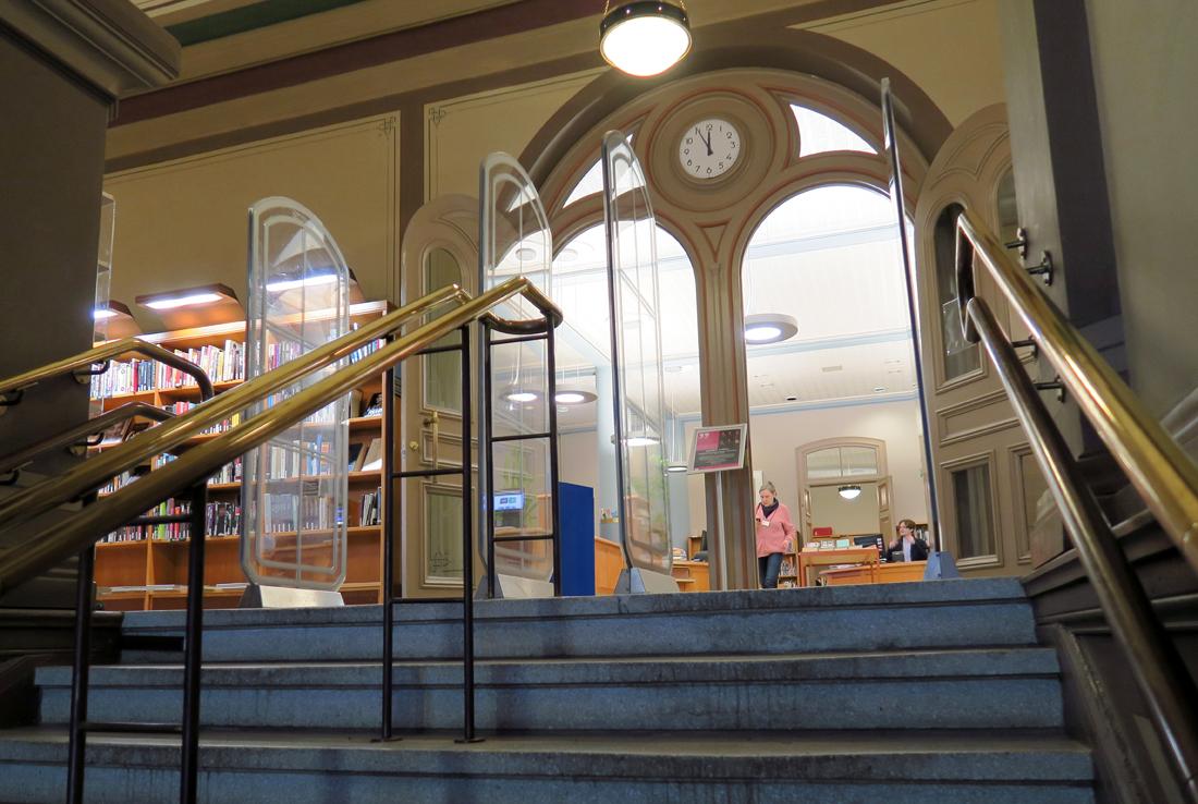 Rikhardinkadun kirjaston sisäänkäynti