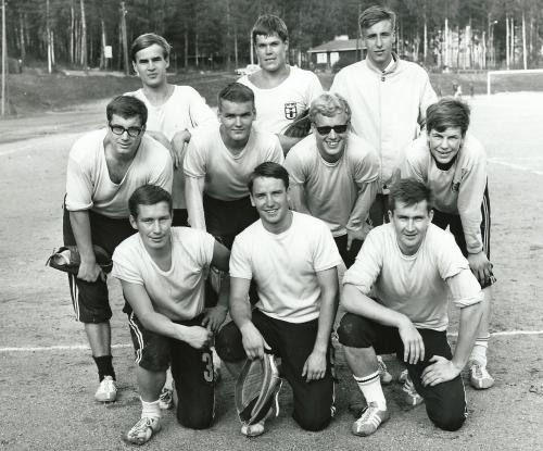 HerU kotikentällään v. 1966. Ylh. vas. Jussi Harsunen, Timo Ahola, Timo Haapaniemi, Rolf Myhrman, Pekka Könönen, Eero Niemioja, Mika Vuorio, Reijo Parkkari, Esa Könönen ja Antero Tiittanen.