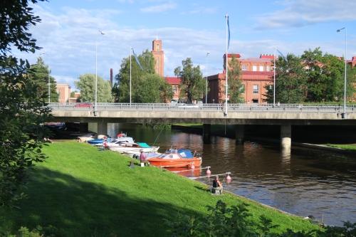 Loimijoki Forssan keskustassa. Taustalla vanhan kutomon rakennuksia