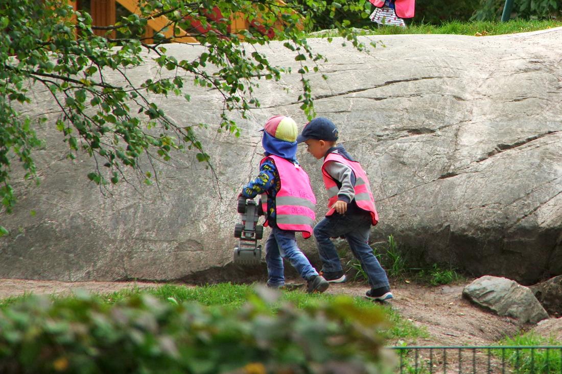 Päiväkotilapsia Sibeliuksen puistossa