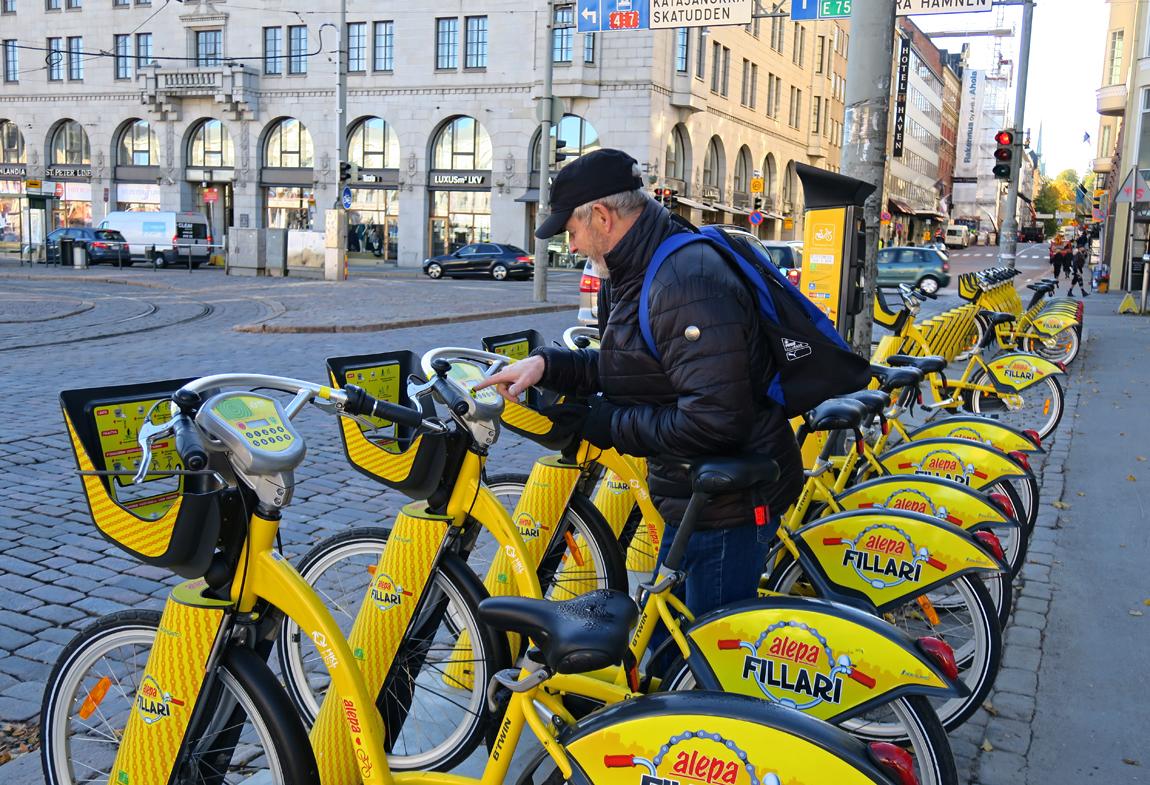 Vai otetaanko kaupunkipyörät? Vikke tutkii taksoja.