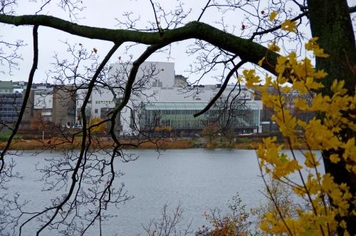 Kansallisooppera Töölönlahden länsirannalla