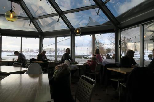 Kahvila Ursulassa lämmittelemässä