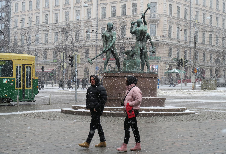 Lumipyry iski keskustassa Kolmen sepän patsaalla